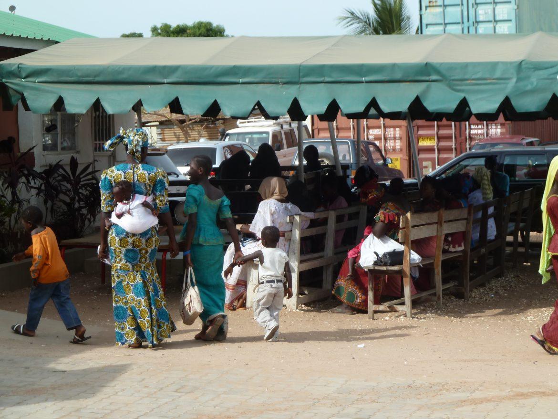 病気やケガを負った子どもたちが、アンゴラとガンビアからやって来ました