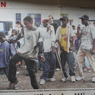 子どもたちのダンス発表。新聞記事になりました。2005年